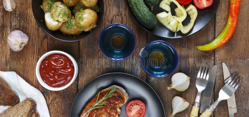 Η έννοια των αυθεντικών τροφίμων, εγχώριο μαγείρεμα Να δειπνήσει πίνακας με τα διάφορα πρόχειρα φαγητά και τα πιάτα, τοπ άποψη στοκ φωτογραφία
