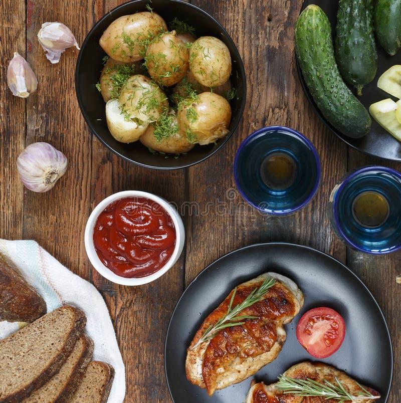 Η έννοια των αυθεντικών τροφίμων, εγχώριο μαγείρεμα Να δειπνήσει πίνακας με τα διάφορα πρόχειρα φαγητά και τα πιάτα, τοπ άποψη στοκ εικόνες με δικαίωμα ελεύθερης χρήσης