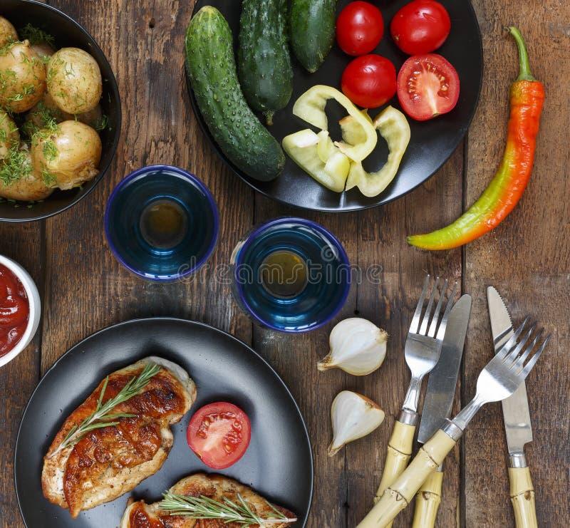 Η έννοια των αυθεντικών τροφίμων, εγχώριο μαγείρεμα Να δειπνήσει πίνακας με τα διάφορα πρόχειρα φαγητά και τα πιάτα, τοπ άποψη στοκ φωτογραφίες
