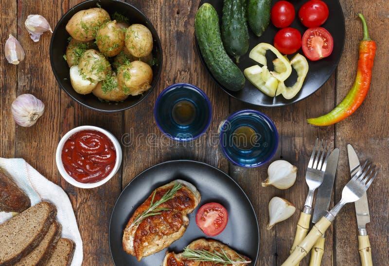 Η έννοια των αυθεντικών τροφίμων, εγχώριο μαγείρεμα Να δειπνήσει πίνακας με τα διάφορα πρόχειρα φαγητά και τα πιάτα, τοπ άποψη στοκ φωτογραφίες με δικαίωμα ελεύθερης χρήσης
