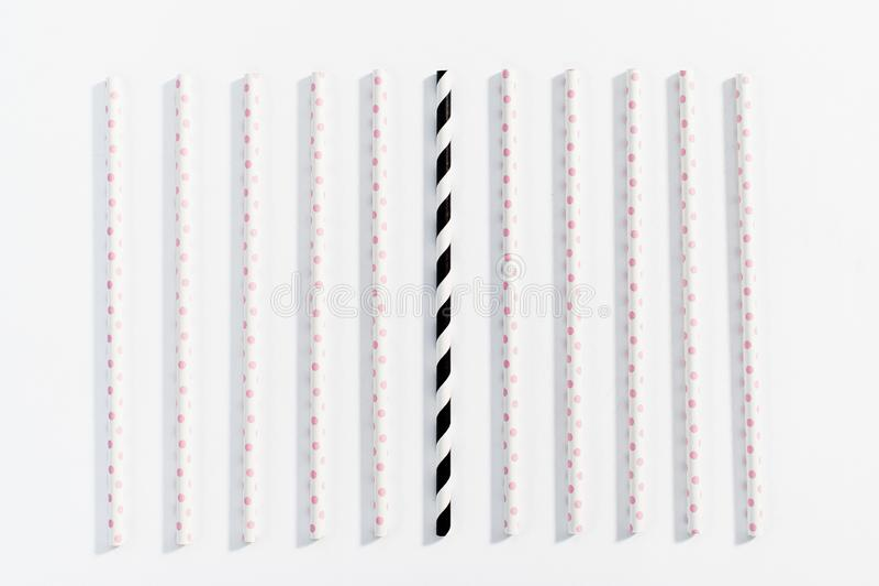 Η έννοια των πολύχρωμων αχύρων για την κατανάλωση στο άσπρο υπόβαθρο ελεύθερη απεικόνιση δικαιώματος