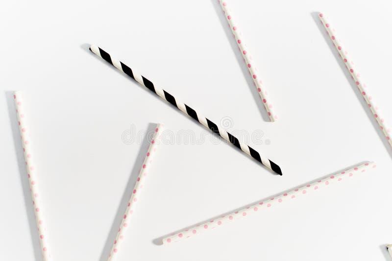 Η έννοια των πολύχρωμων αχύρων για την κατανάλωση στο άσπρο υπόβαθρο στοκ εικόνες με δικαίωμα ελεύθερης χρήσης