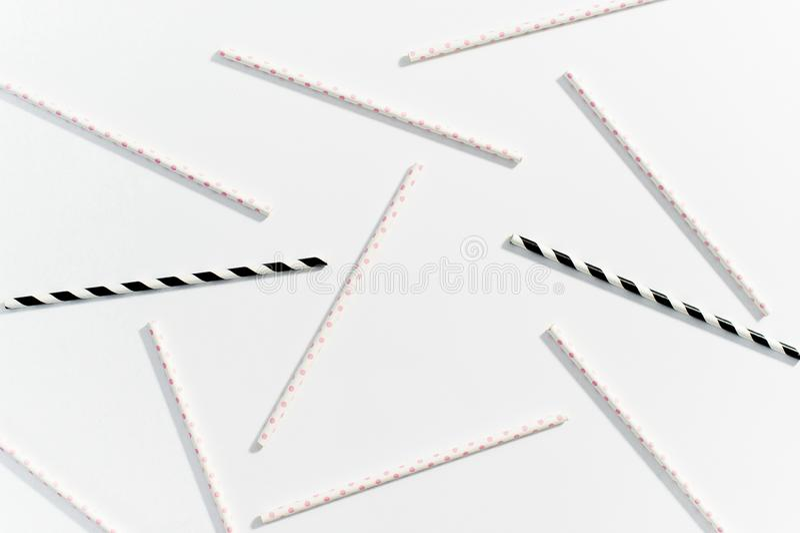 Η έννοια των πολύχρωμων αχύρων για την κατανάλωση στο άσπρο υπόβαθρο στοκ φωτογραφίες