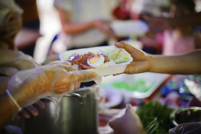 Η έννοια των τροφίμων που μοιράζονται τη βοήθεια λύνει την πείνα για τους αστέγους: η έννοια της κοινωνικής διανομής: Η ελπίδα τω στοκ φωτογραφίες