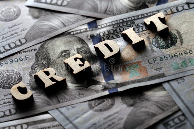 Η έννοια των χρηματοπιστωτικών συναλλαγών και των τραπεζικών δανείων Η ΠΙΣΤΩΣΗ λέξης είναι ευθυγραμμισμένη με τις ξύλινες επιστολ στοκ εικόνα