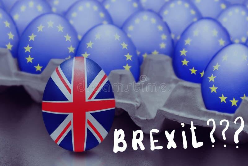 Η έννοια Brexit παρουσιάζεται από το άλμα του αυγού με μια βρετανική σημαία από το κιβώτιο με τα αυγά με τη σημαία της Ευρωπαϊκής στοκ φωτογραφία με δικαίωμα ελεύθερης χρήσης
