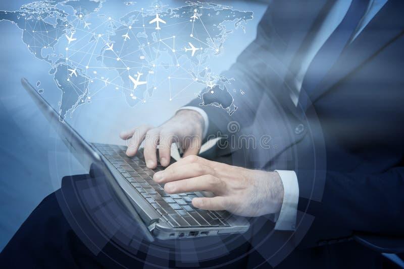 Η έννοια on-line να κρατήσει με τον επιχειρηματία και το lap-top στοκ εικόνες