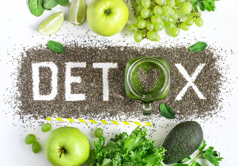 Η λέξη detox γίνεται από τους σπόρους chia Πράσινοι καταφερτζήδες και συστατικά Έννοια της διατροφής, που καθαρίζει το σώμα, υγιή στοκ φωτογραφία