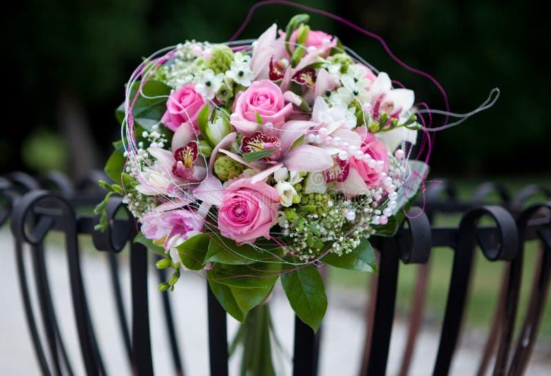 η δέσμη ανθίζει το γαμήλιο λευκό τριαντάφυλλων στοκ φωτογραφίες