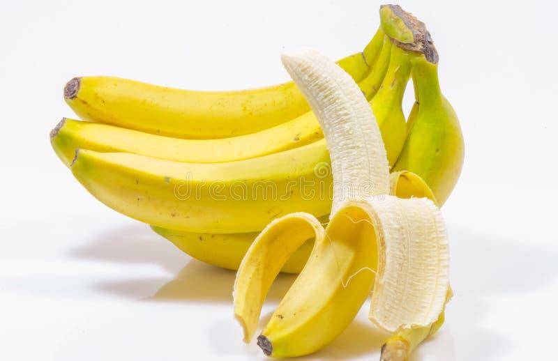 η δέσμη μπανανών ανασκόπησης απομόνωσε το λευκό στοκ φωτογραφίες με δικαίωμα ελεύθερης χρήσης