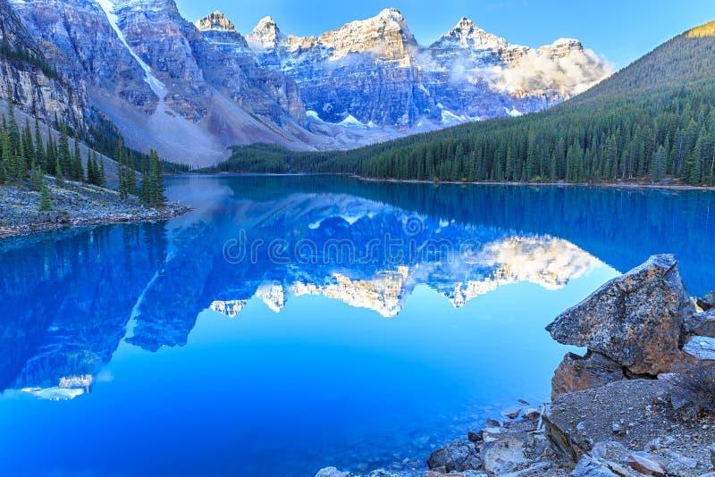 η λίμνη Αλμπέρτα banff Καναδάς τοποθετημένη το εθνικό κοντινό πάρκο moraine στοκ φωτογραφία με δικαίωμα ελεύθερης χρήσης