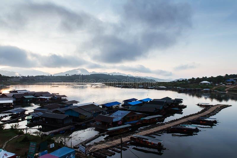 Η λίμνη στην ομίχλη πρωινού στοκ εικόνες με δικαίωμα ελεύθερης χρήσης