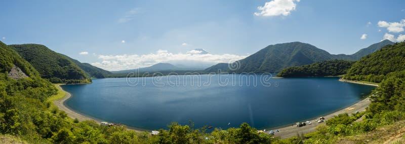 Η λίμνη Motosu και τοποθετεί το Φούτζι στοκ εικόνα