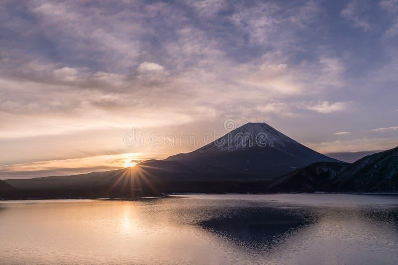 Η λίμνη Motosu και τοποθετεί το Φούτζι στοκ φωτογραφία με δικαίωμα ελεύθερης χρήσης