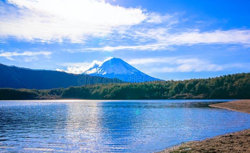 Η λίμνη Saiko και τοποθετεί το Φούτζι, φωτεινά σύννεφα στοκ φωτογραφίες