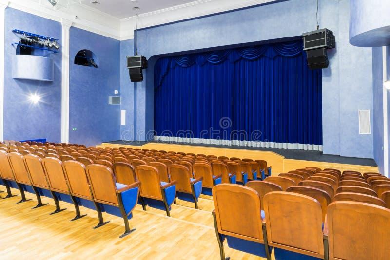 Η αίθουσα συνεδριάσεων στο θέατρο Μπλε κουρτίνα στο στάδιο Μπλε-καστανή καρέκλα Δωμάτιο χωρίς ανθρώπους στοκ φωτογραφίες με δικαίωμα ελεύθερης χρήσης
