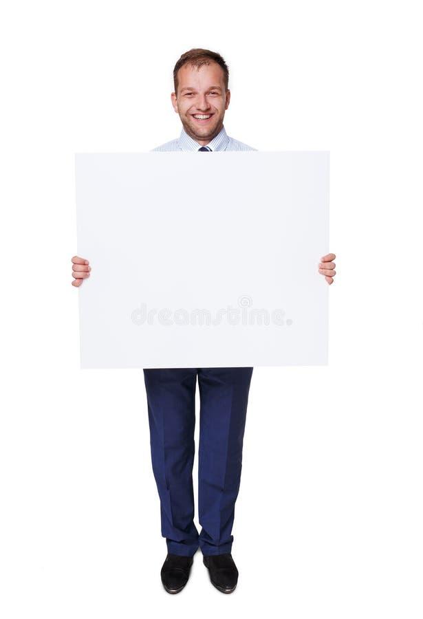 Η λαβή επιχειρηματιών και παρουσιάζει κενό διαφημιστικό πίνακα, που απομονώνεται στο λευκό στοκ φωτογραφίες
