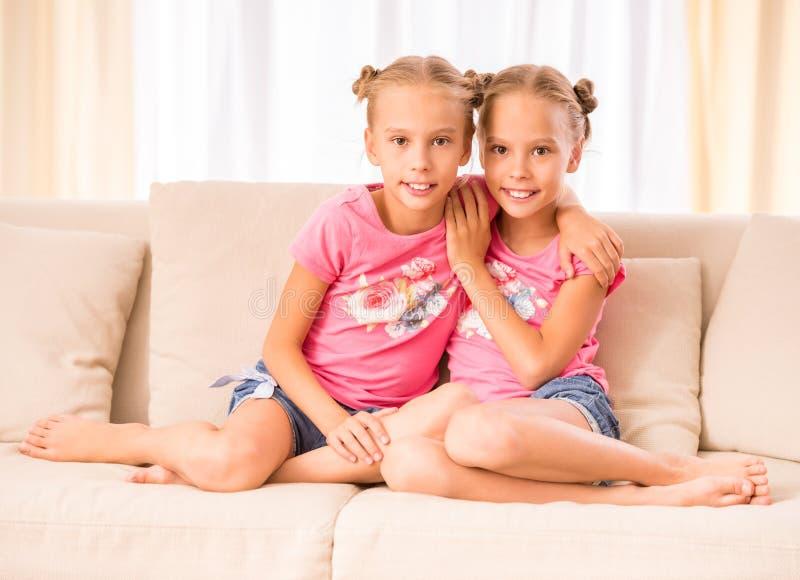 η αγάπη είναι διπλή έκθεση το ένα της έξω προσποιείται ότι το s εμφανίζει αδελφές αδελφών για να ζευγαρώσει στοκ εικόνα