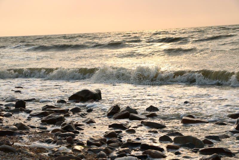 Η αγάπη είναι όπως τη θάλασσα, που λαμπιρίζει με τα χρώματα του ουρανού στοκ εικόνα