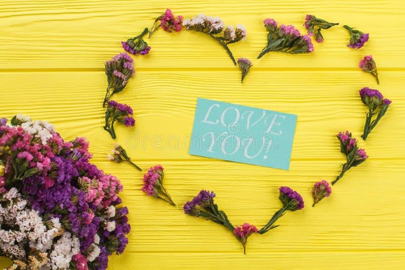 Η αγάπη εσείς έννοια με τα λουλούδια, επίπεδα βάζει στοκ φωτογραφία με δικαίωμα ελεύθερης χρήσης