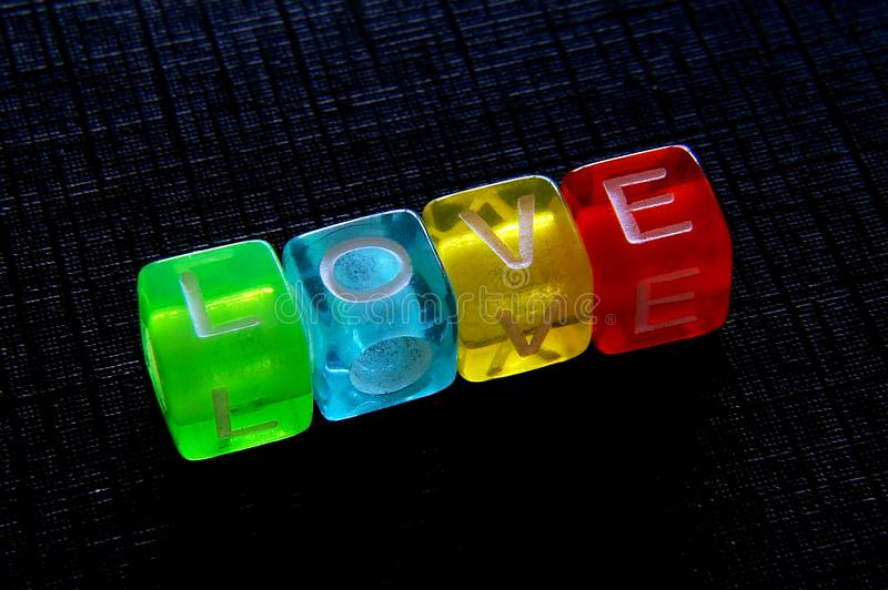 Η αγάπη λέξης με χρωματισμένος χωρίζει σε τετράγωνα στοκ φωτογραφίες
