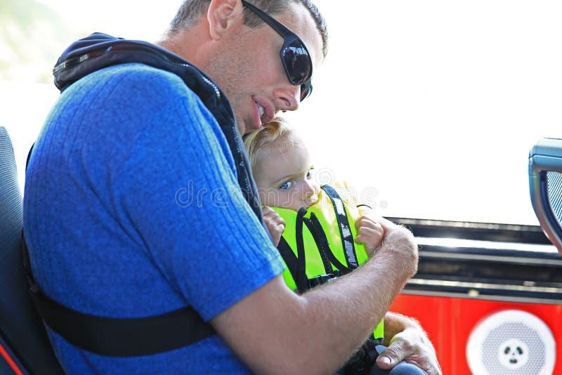 Η αγάπη του προσεκτικού πατέρα αγκαλιάζει την κόρη του στοκ φωτογραφία