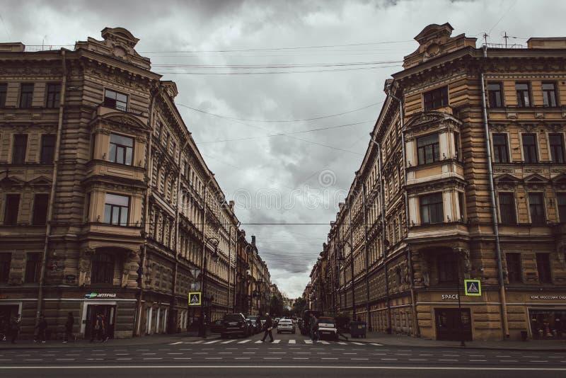 Η Αγία Πετρούπολη, Ρωσία, μπορεί το 2019 Όμορφη οδός στο κέντρο πόλεων Σπίτια στο θαυμάσιο αρχιτεκτονικό ύφος στοκ φωτογραφία