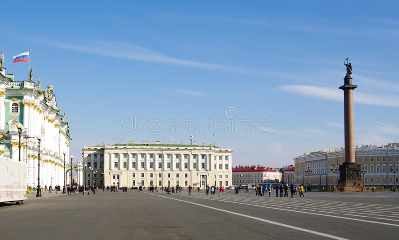 Η Αγία Πετρούπολη, Ρωσία - 7 Οκτωβρίου 2014: Τετράγωνο Dvortcovaya (παλάτι) με τους περπατώντας ανθρώπους στοκ εικόνα