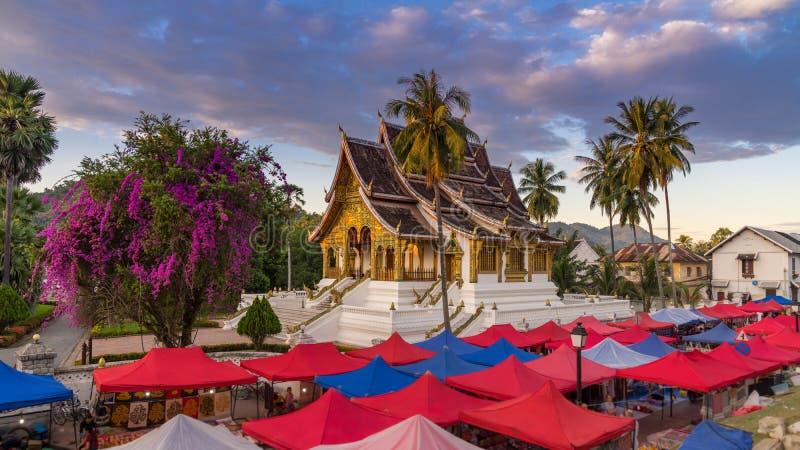 Η αγορά αναμνηστικών νύχτας σε Luang Prabang, Λάος στοκ εικόνα