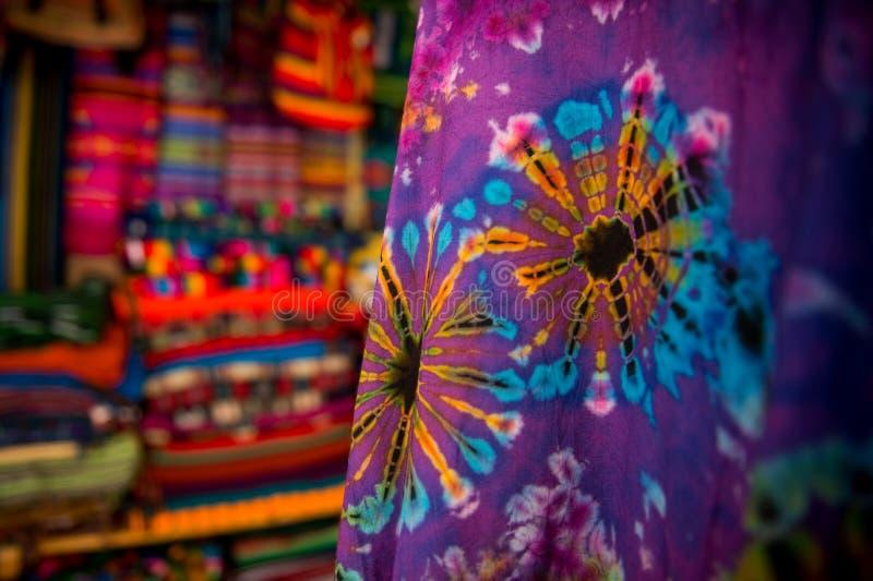 Η αγορά στη Σάντα Φε, Νέο Μεξικό Η δημιουργική πόλη της Σάντα Φε στο Νέο Μεξικό με το πλήθος του στοών και γλυπτού στοκ εικόνα