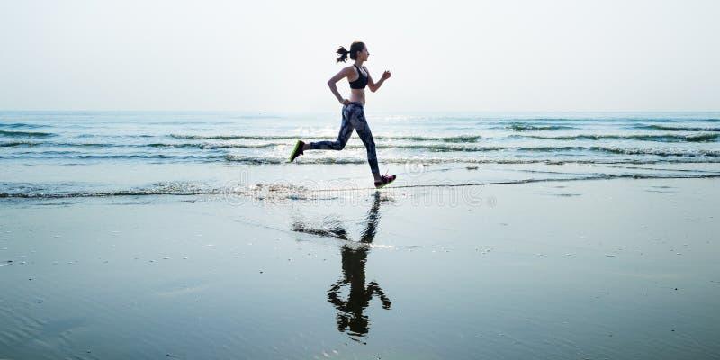 Η αθλητική ορμή άμμου θάλασσας τρεξίματος χαλαρώνει την έννοια παραλιών άσκησης στοκ εικόνες