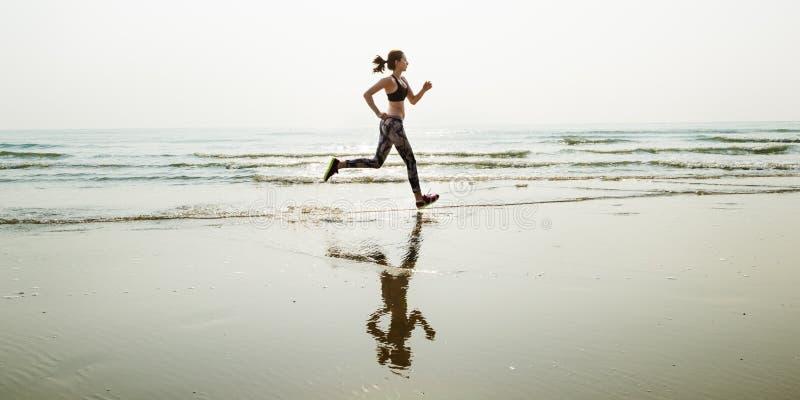 Η αθλητική ορμή άμμου θάλασσας τρεξίματος χαλαρώνει την έννοια παραλιών άσκησης στοκ φωτογραφίες