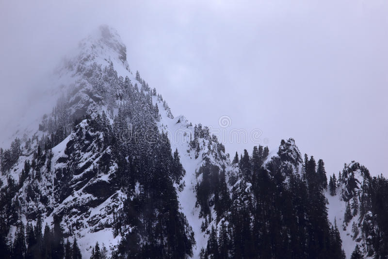 η αιχμή περασμάτων βουνών ο&mu στοκ εικόνα