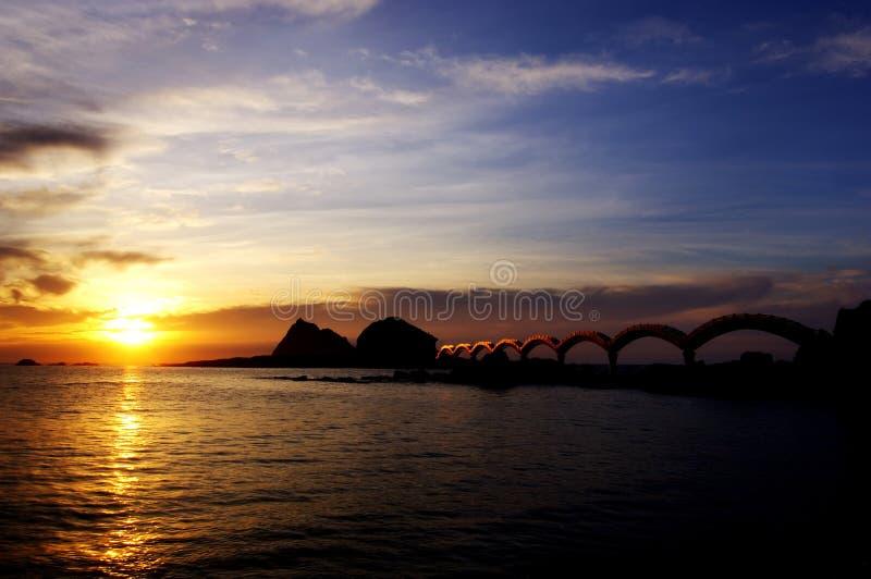 Η ακτή στο ηλιοβασίλεμα είναι… απλά r στοκ εικόνα