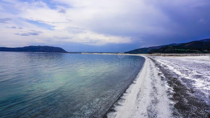 Η ακτή της λίμνης Salda Golu, Burdur, Τουρκία Salda Το συναρπαστικό τοπίο λιμνών κάτω από το νεφελώδη ουρανό στοκ φωτογραφία