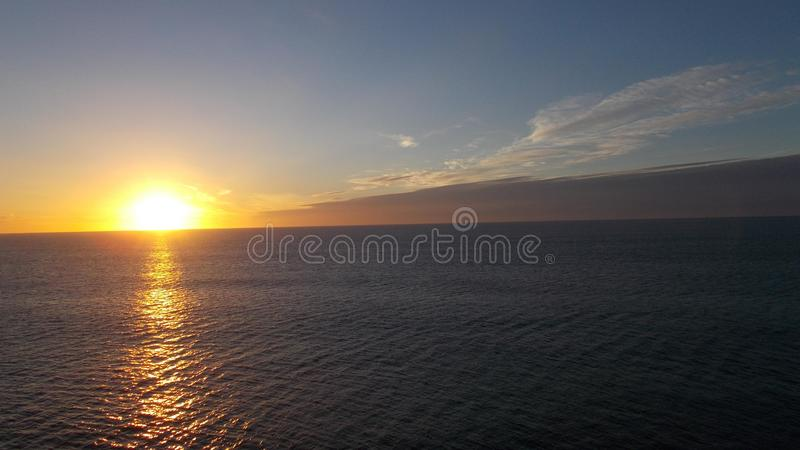Η ακτίνα ενός ήλιου αύξησης που τρέχει στο νερό στοκ φωτογραφία με δικαίωμα ελεύθερης χρήσης