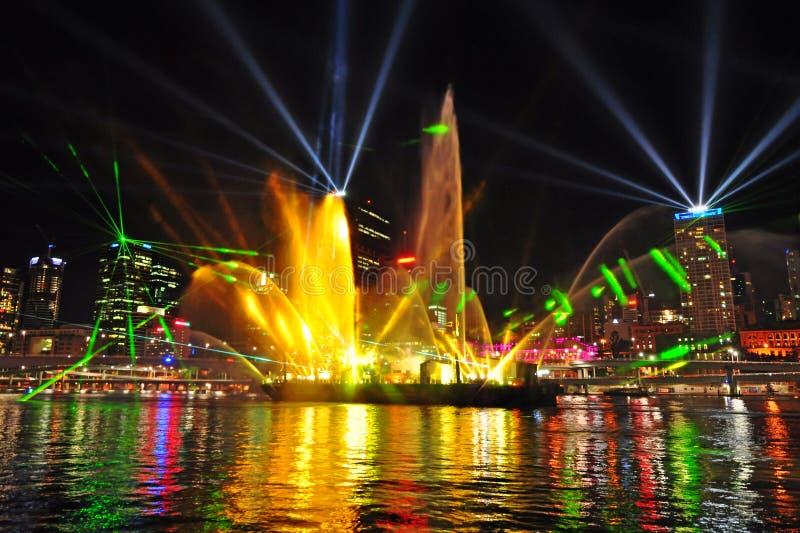 Η ακτίνα λέιζερ φαντασίας εμφανίζει ποταμό πόλεων του Μπρίσμπαν στοκ εικόνα