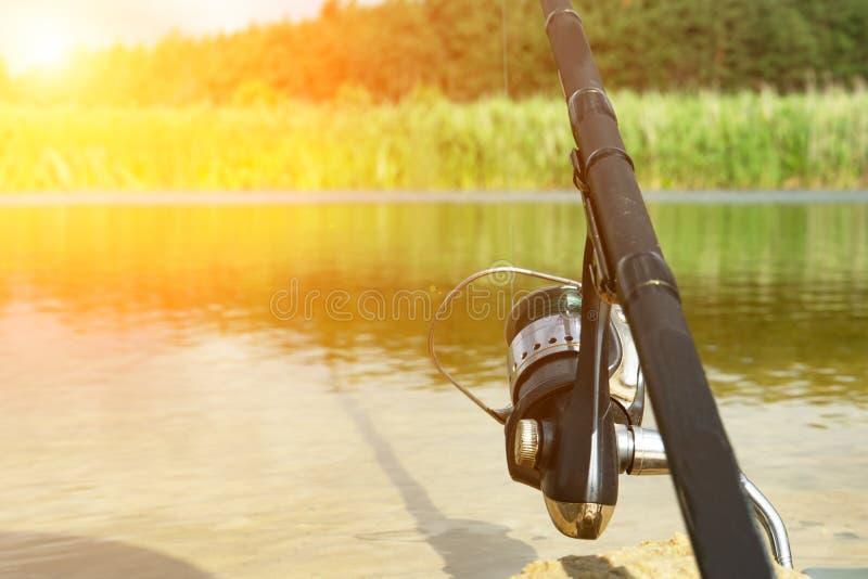 Η αλιεία περιστροφής είναι μια συναρπαστική δραστηριότητα Αθλητική αλιεία διάστημα αντιγράφων στοκ φωτογραφίες