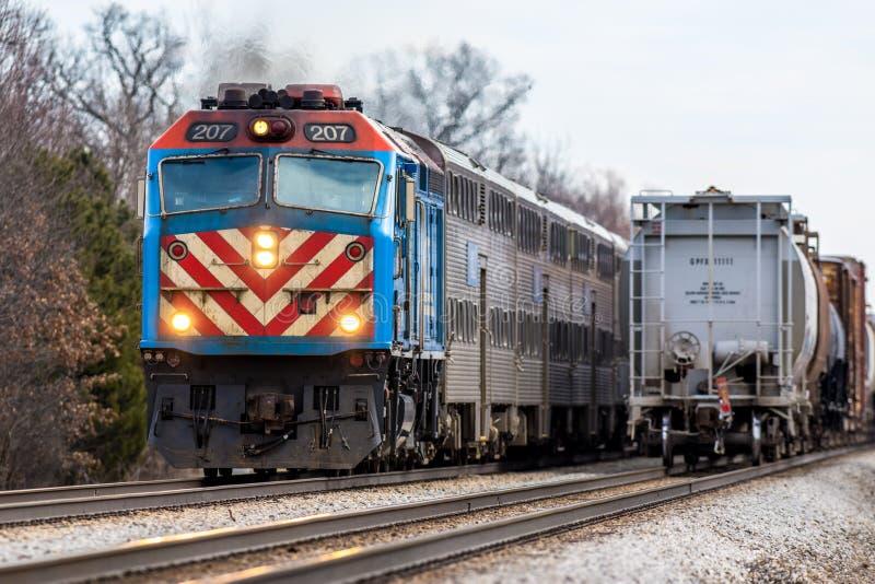 Η αμαξοστοιχία περιφερειακού σιδηροδρόμου Metra περνά το φορτηγό τρένο ανατολικά Joliet στοκ φωτογραφία με δικαίωμα ελεύθερης χρήσης