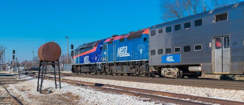 Η αμαξοστοιχία περιφερειακού σιδηροδρόμου Metra φθάνει σε Mokena από το Σικάγο στοκ φωτογραφίες