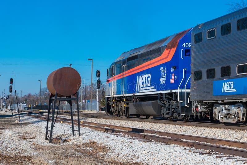 Η αμαξοστοιχία περιφερειακού σιδηροδρόμου Metra φθάνει σε Mokena από το Σικάγο στοκ εικόνες με δικαίωμα ελεύθερης χρήσης