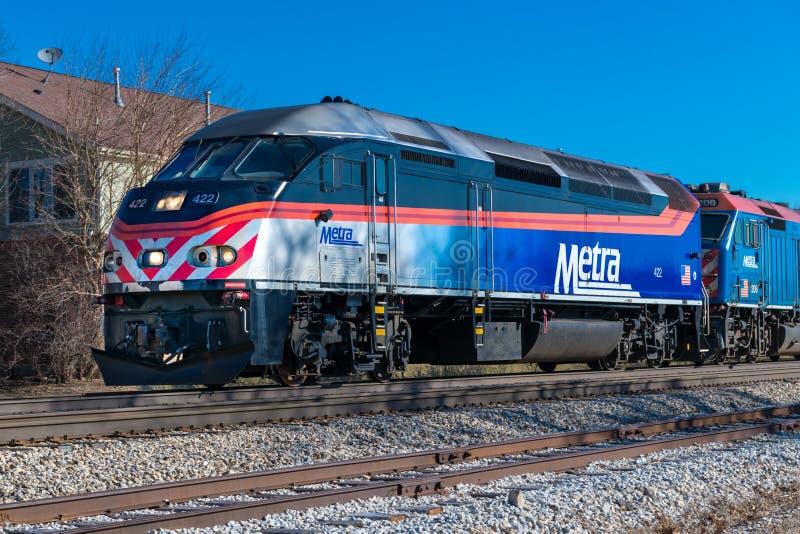 Η αμαξοστοιχία περιφερειακού σιδηροδρόμου Metra φθάνει σε Mokena από το Σικάγο στοκ φωτογραφία