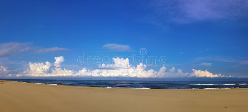 Η αμμώδης παραλία της θάλασσας της Ιαπωνίας στοκ φωτογραφία