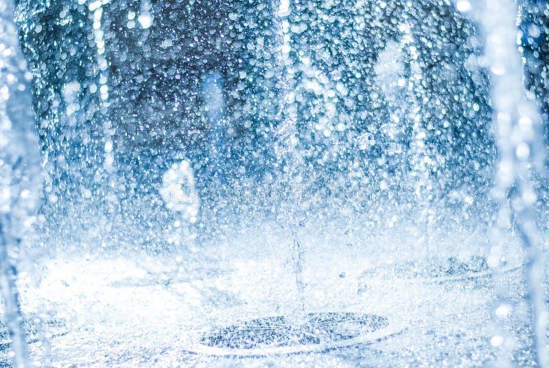 Η ανάβλυση του νερού μιας πηγής Παφλασμός του νερού στην πηγή, αφηρημένη εικόνα στοκ φωτογραφίες με δικαίωμα ελεύθερης χρήσης