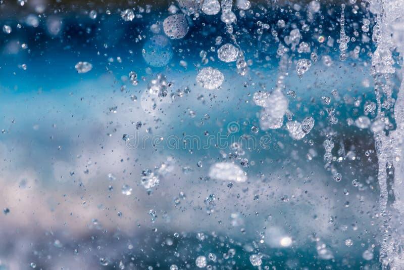 Η ανάβλυση του νερού μιας πηγής Παφλασμός του νερού στην πηγή στοκ εικόνες