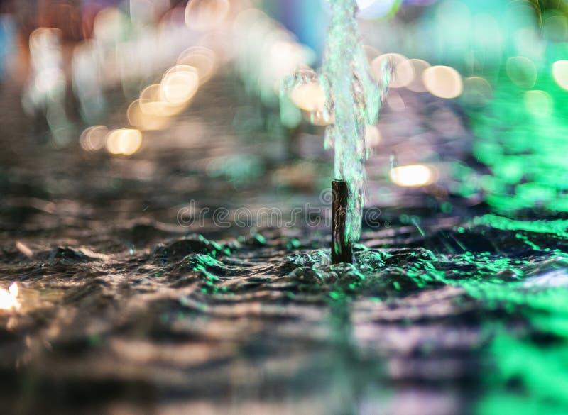 Η ανάβλυση του νερού μιας πηγής Παφλασμός της αφηρημένης εικόνας νερού στοκ εικόνες