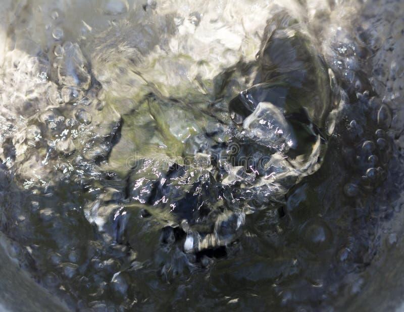 Η ανάβλυση του νερού μιας πηγής στοκ εικόνα με δικαίωμα ελεύθερης χρήσης