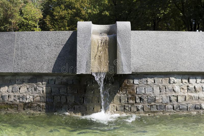 Η ανάβλυση του νερού μιας πηγής στοκ εικόνες
