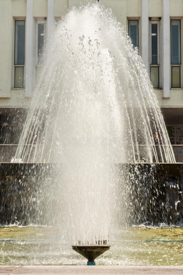 Η ανάβλυση του νερού μιας πηγής Παφλασμός του νερού στην πηγή στοκ φωτογραφίες