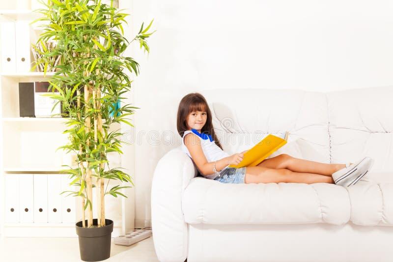 Η ανάγνωση αναπτύσσει τη φαντασία στοκ φωτογραφία με δικαίωμα ελεύθερης χρήσης